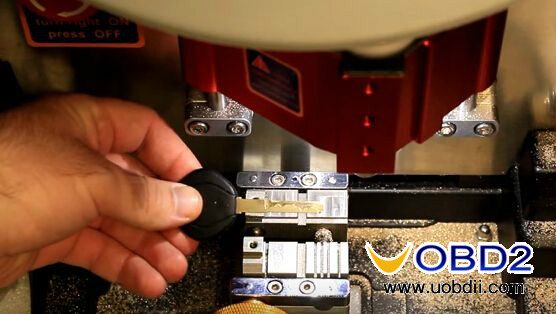 v8-x6-key-cutting-machine-cut-mercedes-hu64-4