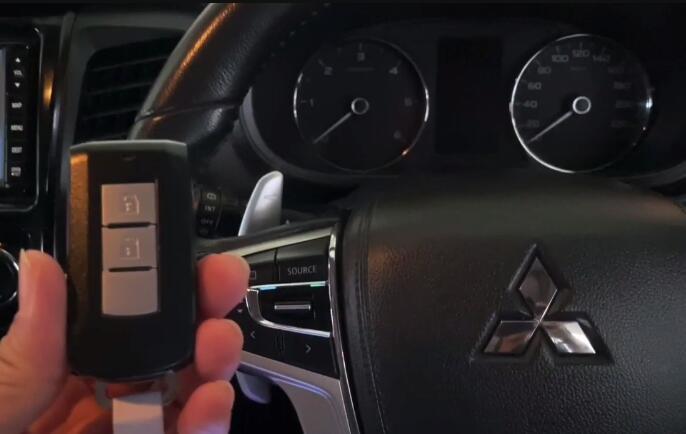Mitsubishi-Pajero-2016-Key-Programming-by-Autel-IM608-1